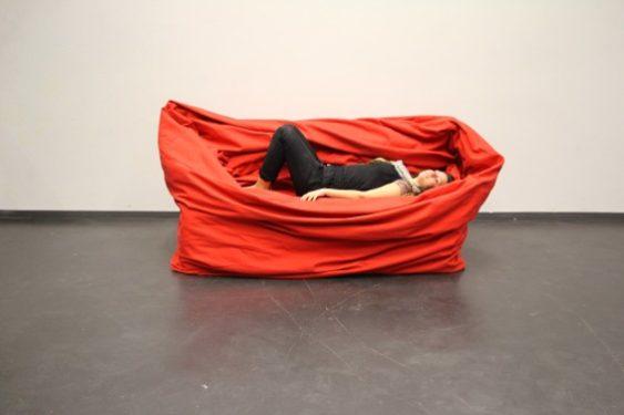 Moody Couch, un divan cu toane de Hanna Emelie Ernsting
