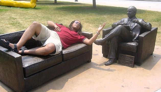 Homme parlant à une statue représentant un psy, à chicago, le 25 juin 2005 (cycle60/FLICKR/CC).