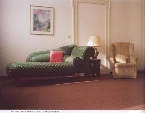 Bitte nehmen Sie Platz auf dem Sofa!