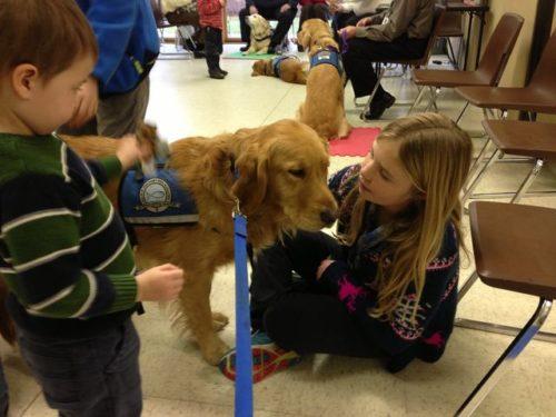 La liceul american Newtown, au fost trimiși câini care să-i consoleze pe apropiații victimelor