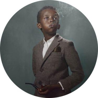 O nouă serie de fotografii controversate: copii care fumează