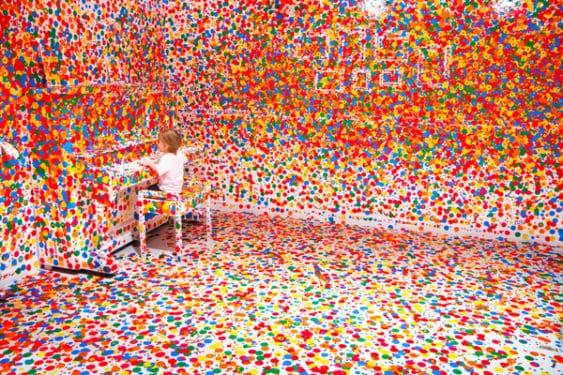 Ce se întâmplă când le dai mii de stickere unor mii de copii?